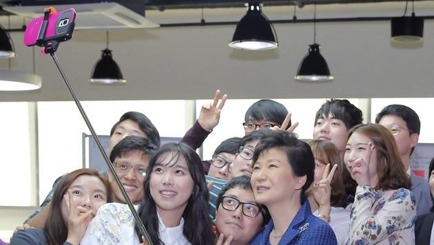 Selfie-Sticks im Fadenkreuz von Südkoreas Behörden (Bild: APA/EPA/YONHAP)