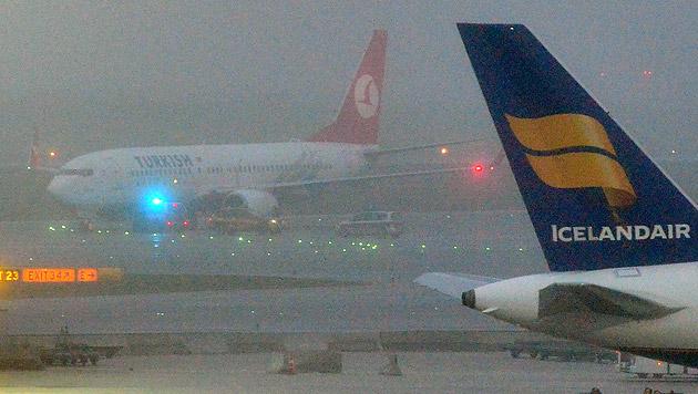 Sofort nach der Landung eilten Einsatzfahrzeuge zu dem Flugzeug. (Bild: www.austrianwings.info)