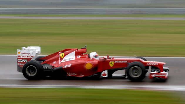 Sebastian Vettel erstmals im Ferrari unterwegs (Bild: AP)