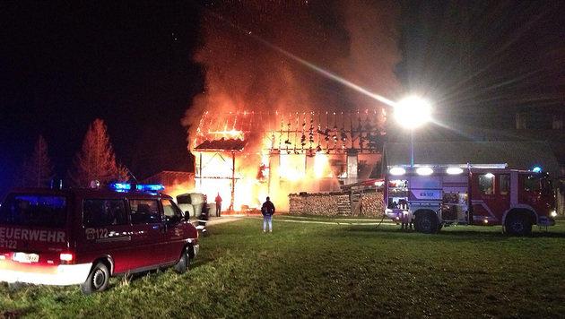 120 Einsatzkräfte hielten den Vollbrand im Zaum und verhinderten so ein Übergreifen der Flammen. (Bild: FF ARDNING/SANDER)