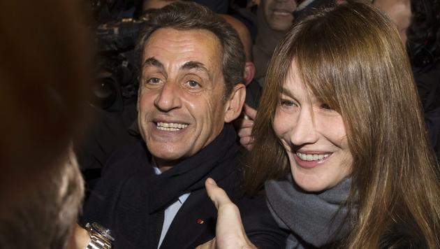 Nicolas Sarkozy mit Gattin Carla Bruni (Bild: APA/EPA/IAN LANGSDON)