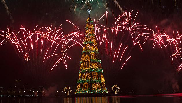 In Rio leuchtet der größte schwimmende Christbaum (Bild: AP)