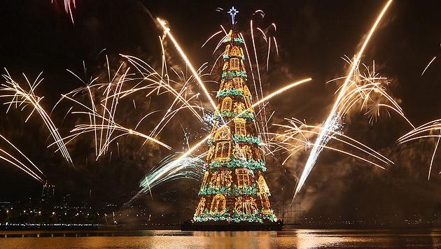 In Rio leuchtet der größte schwimmende Christbaum (Bild: APA/EPA/FERNANDO MAIA)