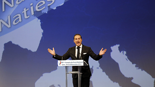 Der FP-Chef hielt beim FN-Parteitag in Lyon eine Rede - vor einer blauen Europakarte. (Bild: AP)