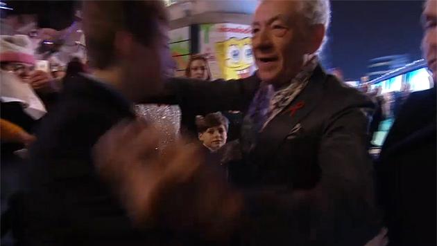 Sir Ian McKellen wurde mit überbordender Begeisterung empfangen und umarmt. (Bild: www.warnerbros.co.uk)