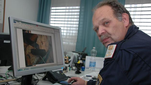 Chefinspektor Kurt Schneider, am Monitor die Granate aus dem Ofen (Bild: Johann Haginger)