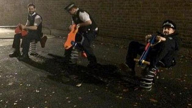 Polizisten auf Spielplatz sorgen für Twitter-Ärger (Bild: twitter.com/MPS_SevenSisSgt)