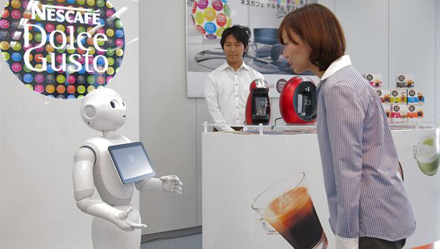 """Roboter """"Pepper"""" tritt seine Arbeit für Nestlé an (Bild: Nestlé Japan)"""