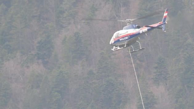 Per Helikopter wurden die Leichen von Vater und Tochter ins Tal gebracht. (Bild: APA/DANIEL LIEBL)