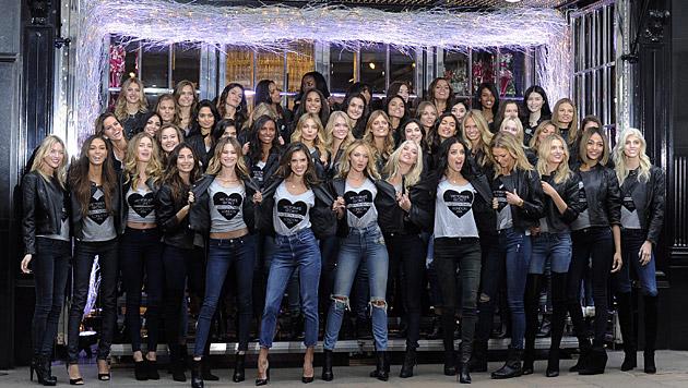 """Die Victoria""""s-Secret-Engerl beim ersten Termin in London (Bild: APA/EPA/FACUNDO ARRIZABALAGA)"""