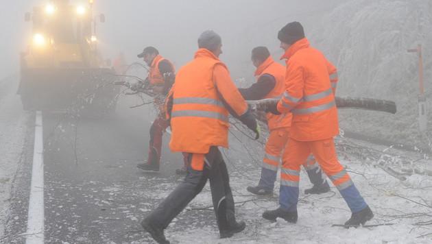 Gefährlicher Eisregen hält Einsatzkräfte auf Trab (Bild: APA/HERBERT PFARRHOFER)