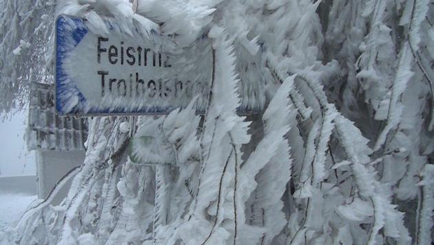 Eine dicke Eisschicht überzieht das Ortsschild. (Bild: Einsatzdoku.at)