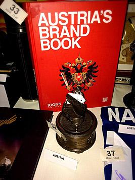 """Das Buch """"Austrias Brand Book"""" von Georg Redlhammer und die Mozartstatue wurden versteigert. (Bild: Julia Furdea)"""