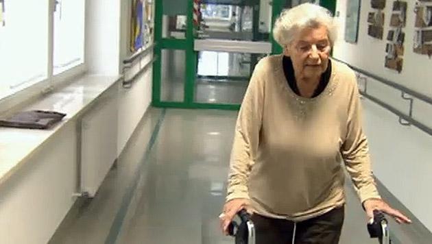 Die 90-jährige Walpurga Peiskar kann wieder gehen. (Bild: tvthek.orf.at)