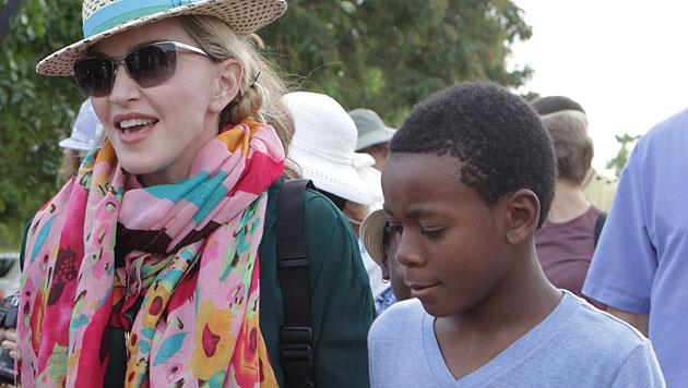 Madonna mit Adoptivsohn David in Malawi (Bild: AP)