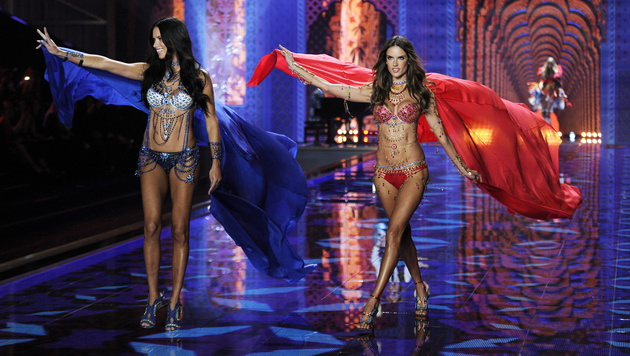 Die Brasilianerinnen Adriana Lima (links) und  Alessandra Ambrosio (Bild: APA/EPA/FACUNDO ARRIZABALAGA)