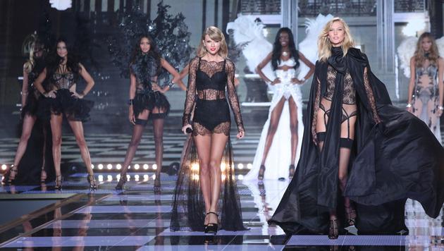 Sängerin Taylor Swift umringt von Models (Bild: Joel Ryan/Invision/AP)