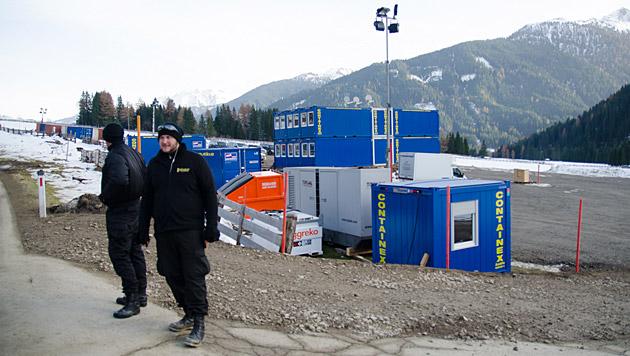 In Obertilliach entsteht derzeit eine Containersiedlung für die Bond-Crew. (Bild: Philipp Brunner)