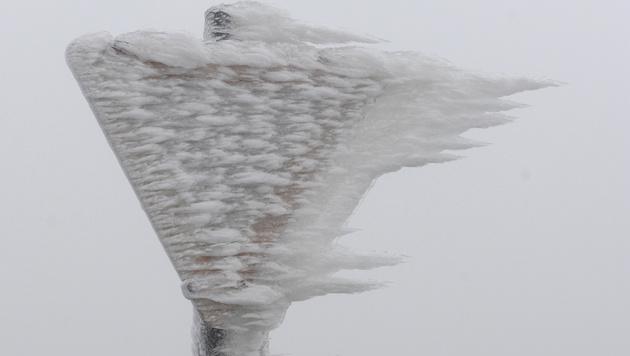 Das vom Wind geformte Eis überzieht ganze Landstriche zentimeterdick. (Bild: APA/HERBERT PFARRHOFER)