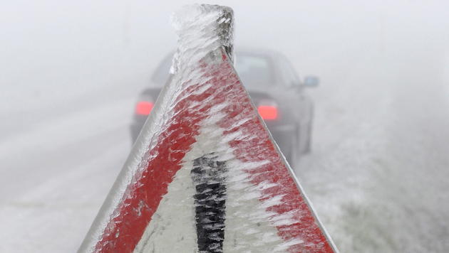 Eisregen-Chaos: Lage entspannt sich langsam (Bild: APA/HERBERT PFARRHOFER)