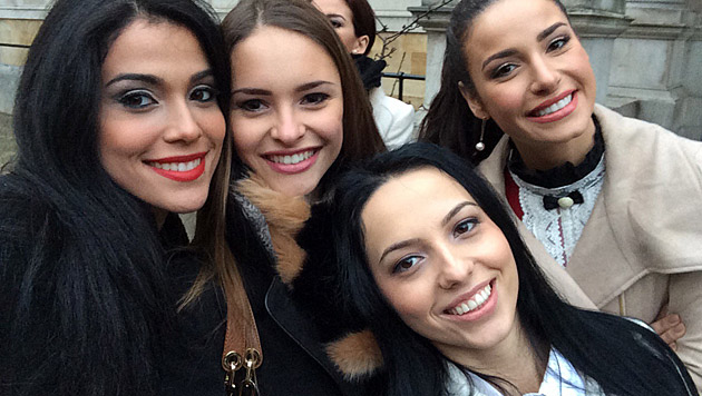 """Julia mit """"Miss Aruba"""", """"Miss Romania"""" und """"Miss Brazil"""" (Bild: Julia Furdea)"""