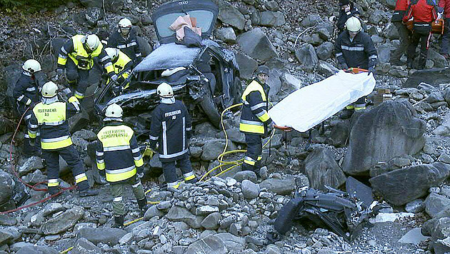 Der Wagen wurde beim Aufprall völlig zerstört, für die beiden Burschen gab es keine Rettung mehr. (Bild: APA/POGGIOLI/MATHIS)