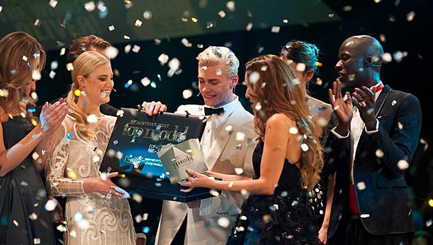 Oliver durfte sich über seinen Sieg bei 'Austria's next Topmodel' freuen. (Bild: Puls 4/Nick Albert)