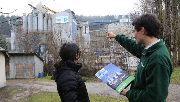 Greenpeace-Experten vor dem Zementwerk in Wietersdorf: Huem Otero (li.) mit Herwig Schuster (Bild: Uta Rojsek-Wiedergut)