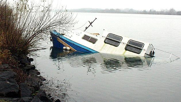 Acht-Tonnen-Stahlschiff in der Donau gesunken (Bild: APA/STADTFEUERWEHR TULLN/UNBEKANNT)