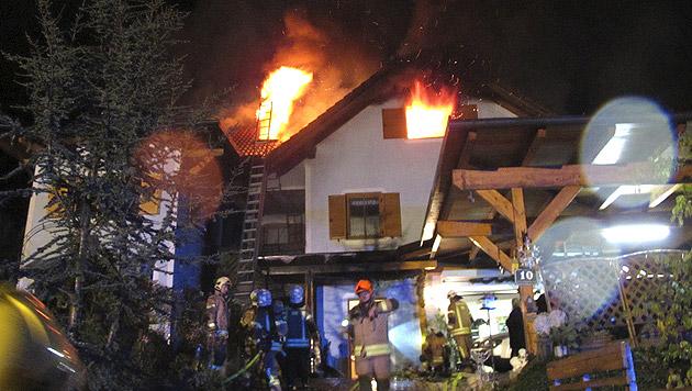 Das Dachgeschoß brannte lichterloh. (Bild: APA/BF GRAZ/UNBEKANNT)