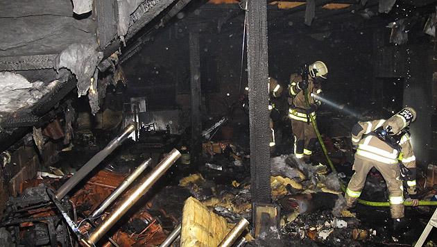 Eingelagerte Gegenstände wurden durch das Feuer völlig zerstört. (Bild: APA/BF GRAZ/UNBEKANNT)