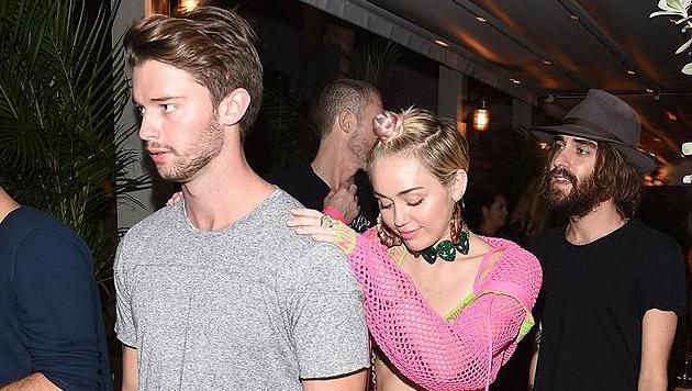 Patrick Schwarzenegger und Miley Cyrus bei der Moschino-Party in Miami (Bild: Twitter.com)