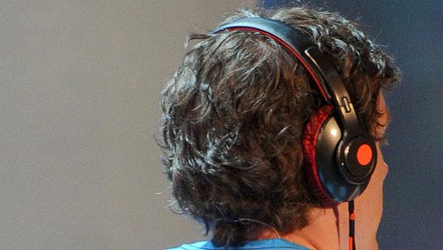 Julia Thiele konnte am Schulterzucken ihres Freundes Malte Poppinga Musiktitel erkennen. (Bild: DPA)