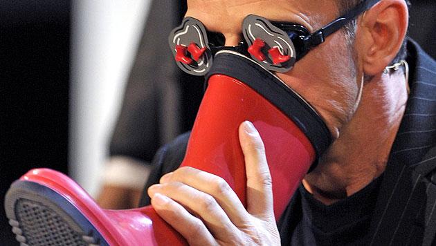 2009 erkannte Thomas Schuster 23 Frauen mit verbundenen Augen am Fußgeruch. (Bild: dpa)
