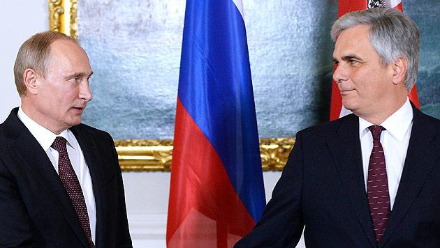 Kremlchef Putin und Kanzler Faymann sprachen per Telefon über die Energieversorgung Europas. (Bild: APA/EPA/ROBERT JAEGER)