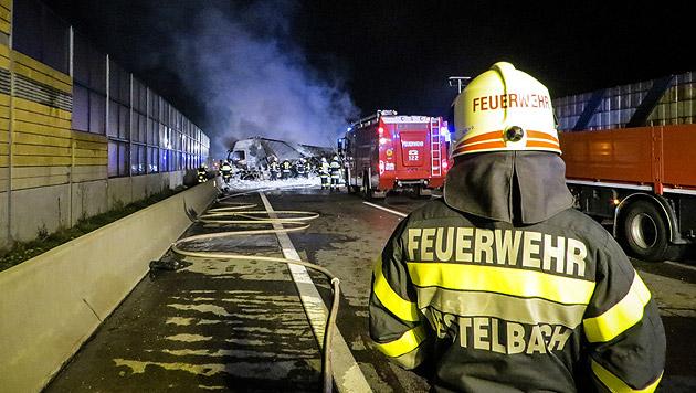 Zehn Kilometer langer Stau nach Lkw-Brand auf A2 (Bild: FF Nestelbach)