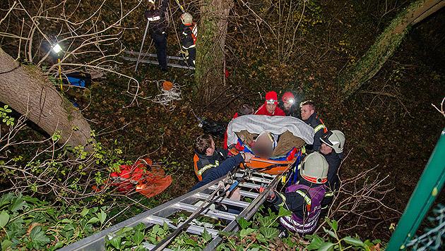 Arbeiter stürzt in Brunnenschacht - verletzt (Bild: Stefan Schneider/BFK Baden)