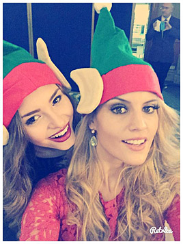 Zwei fesche Weihnachtselfen (Bild: Julia Furdea)
