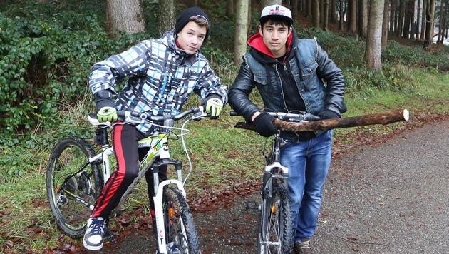 Fabian Berer (14, li.) und Alexander Ciurar (16) konnten den Hund mit einem Stock vertreiben. (Bild: Daniel Scharinger)