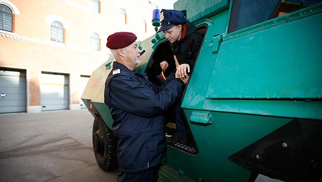 Schwer kranker Gabriel ist Polizist für einen Tag (Bild: Reinhard Holl)