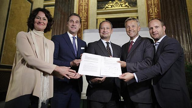 Die Klubobleute bei der Unterzeichnung der Anträge zur Reform im Oktober (Bild: APA/Georg Hochmuth)