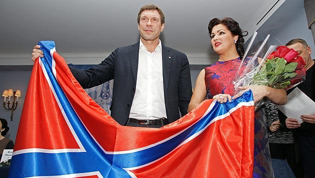 Oleg Zarjow und Anna Netrebko mit der umstrittenen Neurussland-Fahne (Bild: APA/EPA/STRINGER)