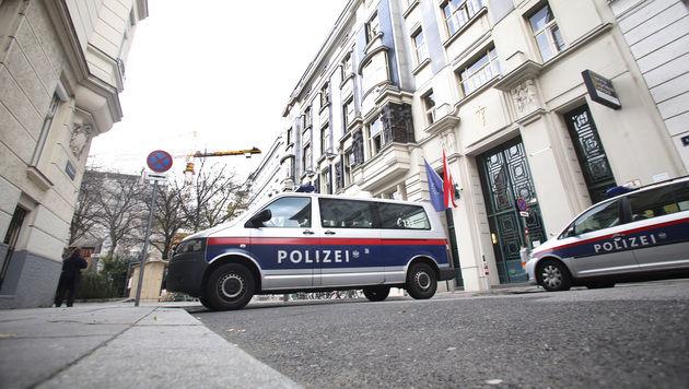 Großeinsatz vor der Schule in der Wiener Josefstadt (Bild: Martin A. Jöchl)