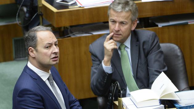 SPÖ-Klubobmann Andreas Schieder (l.)  und ÖVP-Klubobmann Reinhold Lopatka (Bild: APA/ROBERT JAEGER)