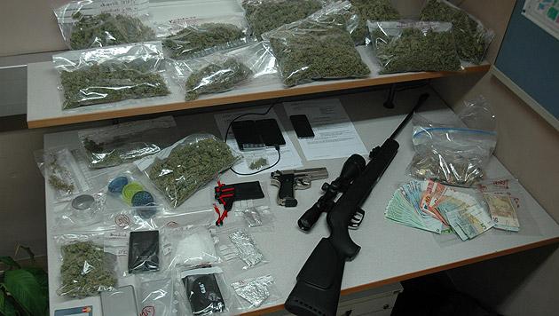 Die Polizei machte bei der Durchsuchung einen beachtlichen Fund. (Bild: LPD/Moser)