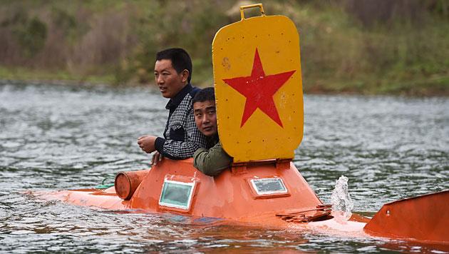Tan Yong posiert mit einem Freund in seinem U-Boot. (Bild: AFP)