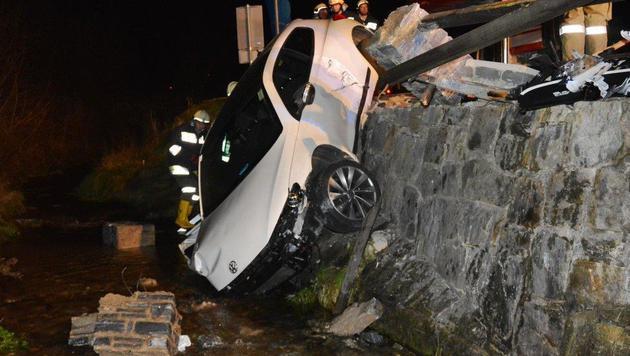 Der Wagen durchbrach den massiven Zaun und stürzte in den Bach. (Bild: Einsatzdoku. at)