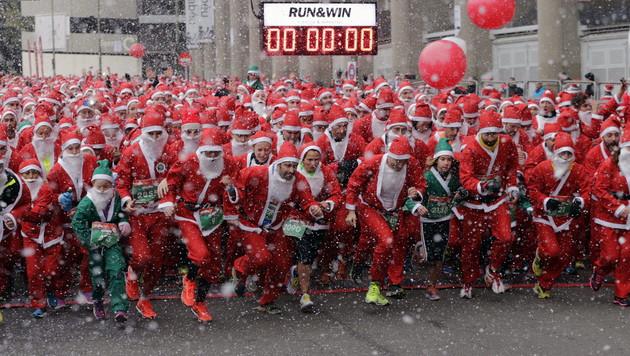 Tausende Weihnachtsmänner liefen um die Wette (Bild: APA/EPA/Zipi)