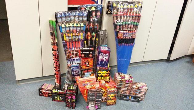 Diese Feuerwerkskörper und Böller wurden sichergestellt. (Bild: Polizei)