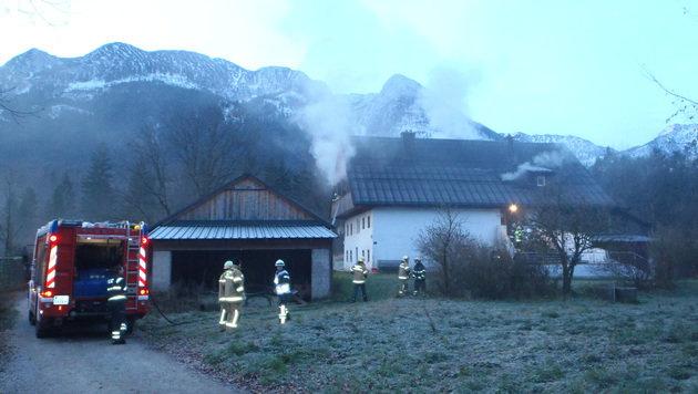 Die Einsatzkräfte konnten ein Übergreifen der Flammen auf den Dachstuhl verhindern. (Bild: FF Bad Ischl)